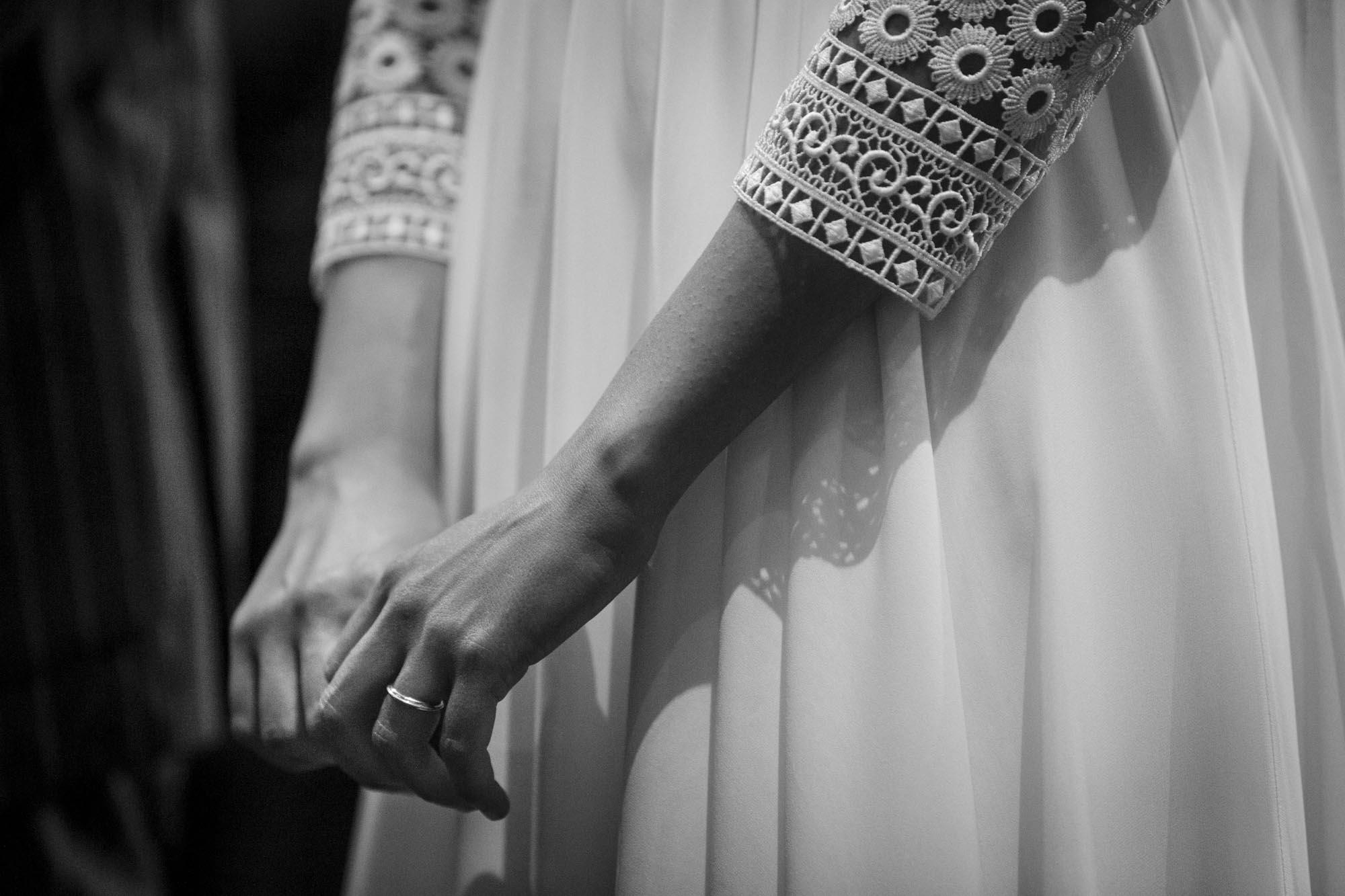 La mano della sposa con la fede, artigianato fatto a mano da MyGoldenAge